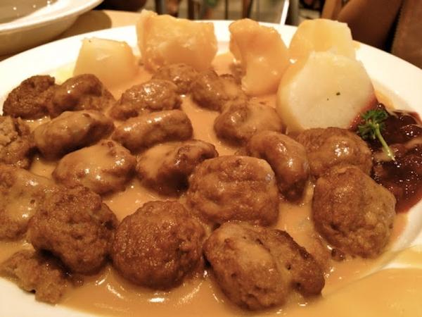 Albóndigas de manitas de cerdo con patatas panaderas