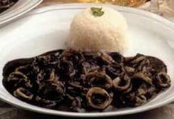 Calamares en su tinta con arroz blanco