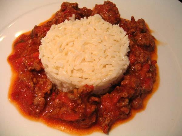 Carne con arroz y tomate