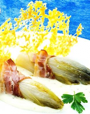 Endibias con salsa y crujiente de queso