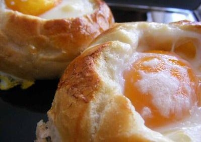 Huevos en nido de pan