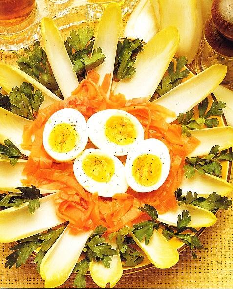 Huevos mollets con endibias y salmón