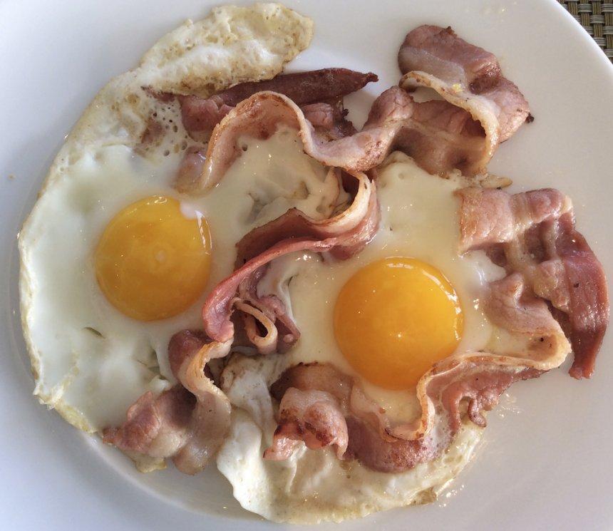 Huevos y tocino fritos