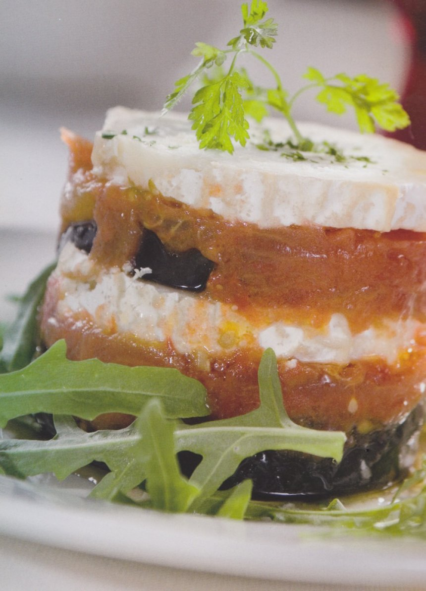 Milhojas de berenjena, tomate y queso de cabra
