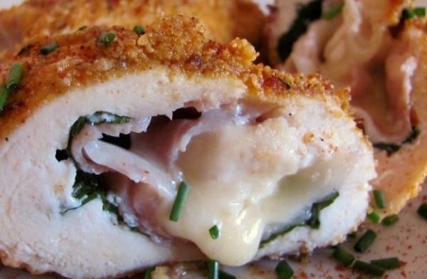 Pechugas de pollo rellenas con queso, tomate y albahaca