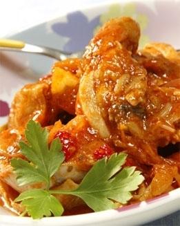 Pollo con tomate, ajo y aceitunas negras
