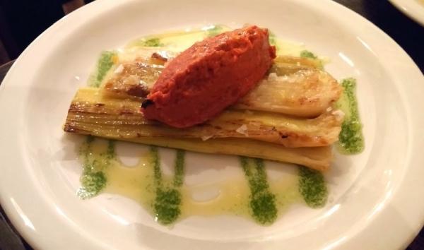 Puerros caramelizados con salsa de romesco