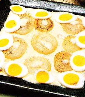 Rodajas de huevo duro con cebolla