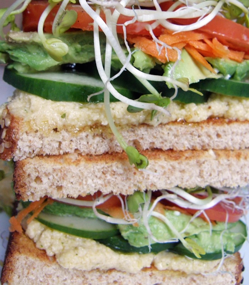 Sandwich con humus y vegetales