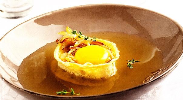 Sopa de cebolla al tomillo con crujiente de pan