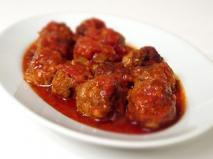 Albóndigas con salsa de tomate y champiñones