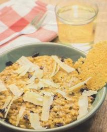 Arroz cremoso de espinacas, piñones y pasas con crujiente de parmesano