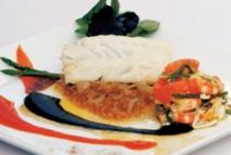 Bacalao confitado, emulsión de pil-pil a la tinta de calamar, tomate con revuelto marinero