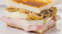 Bocadillo de jamón, queso brie y champiñones