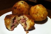 Bolitas de patata rellenas de queso, salmón y pavo