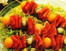 Brochetas de frutas con jamón
