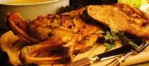 Cabrito asado con pan al ajo