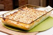 Canelones rellenos de queso, piñones y nueces,  con salsa roquefort