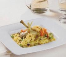 Cazuela de arroz caldoso con pollo, alcachofas y vino blanco