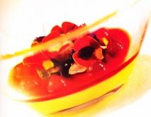 Crema de la pasión con frutos rojos y pétalos de flor