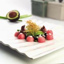 Ensalada de brotes de lechuga, aguacate, sandía fashion y anchoas con salsa de yogurt