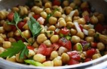 Ensalada de garbanzos con tomatitos y cebolla