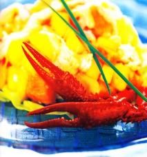 Ensalada de pinzas de cangrejo con frutas tropicales y salsa rosa