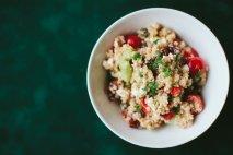 Ensalada de quinoa con queso fresco, orejones y remolacha con aceite de nueces