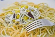 Espaguetis con gulas, ajo y guindilla