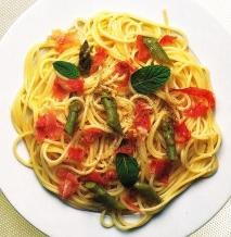 Espaguetis con jamón y espárragos