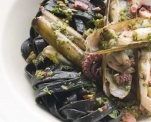 Espaguetis negros con pulpitos y navajas, al pesto.