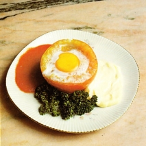 Huevos al nido de tomate