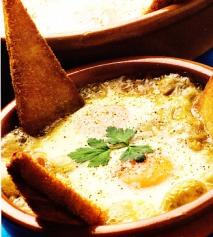 Huevos gratinados con salsa bretona