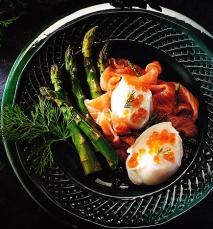 Huevos poché con espárragos y salmón ahumado