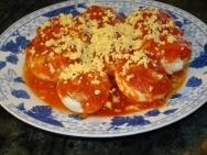 Huevos rellenos con salsa de tomate