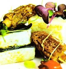 Lasaña de sepia y pasta fresca de tinta, salsa brutesca, arroz Venere con habitas tiernas y microvegetales