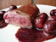 Magret de pato con salsa de cerezas