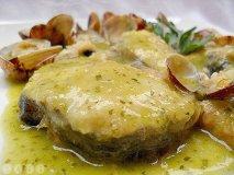 Merluza austral, caldo de almejas, papas confitadas y huevo pochado de codorniz