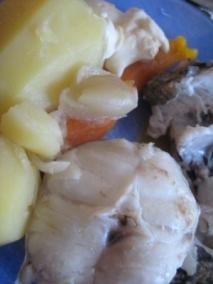 Merluza cocida con patatas, zanahoria, cebolla y tomate