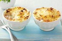 Pastel de pescado con guisantes y huevos de codorniz