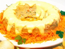 Pastel de verduras con salsa holandesa