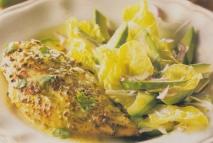 Pechugas de pollo con salsa de yogur y ensalada de aguacate