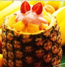 Piña con helado de nata y salsa de fresas