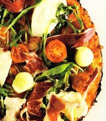 Pizza de melón, jamón y gazpacho