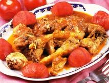 Pollo sateado con tomate