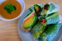 Rollitos de primavera con papel de arroz y salsa tailandesa