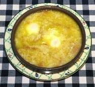 Sopa de pan con huevos