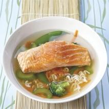 Sopa de salmón y jóvenes verduras