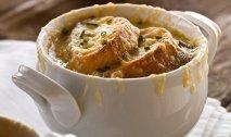Sopa francesa de cebolla con picatostes de gruyère