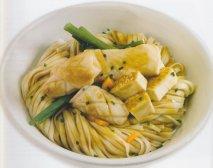Tallarines con tofu, pechuga de pollo y calamares